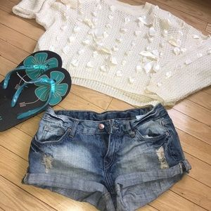 DISTRESSED BLUE DIVIDED DEMIM JEAN CUT OFF SHORTS.